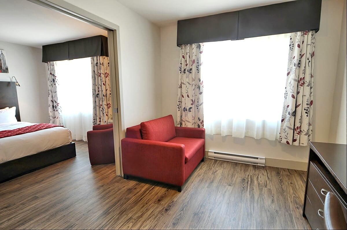 Chambre-superieure-familiale-2-lits-queen-salon-2