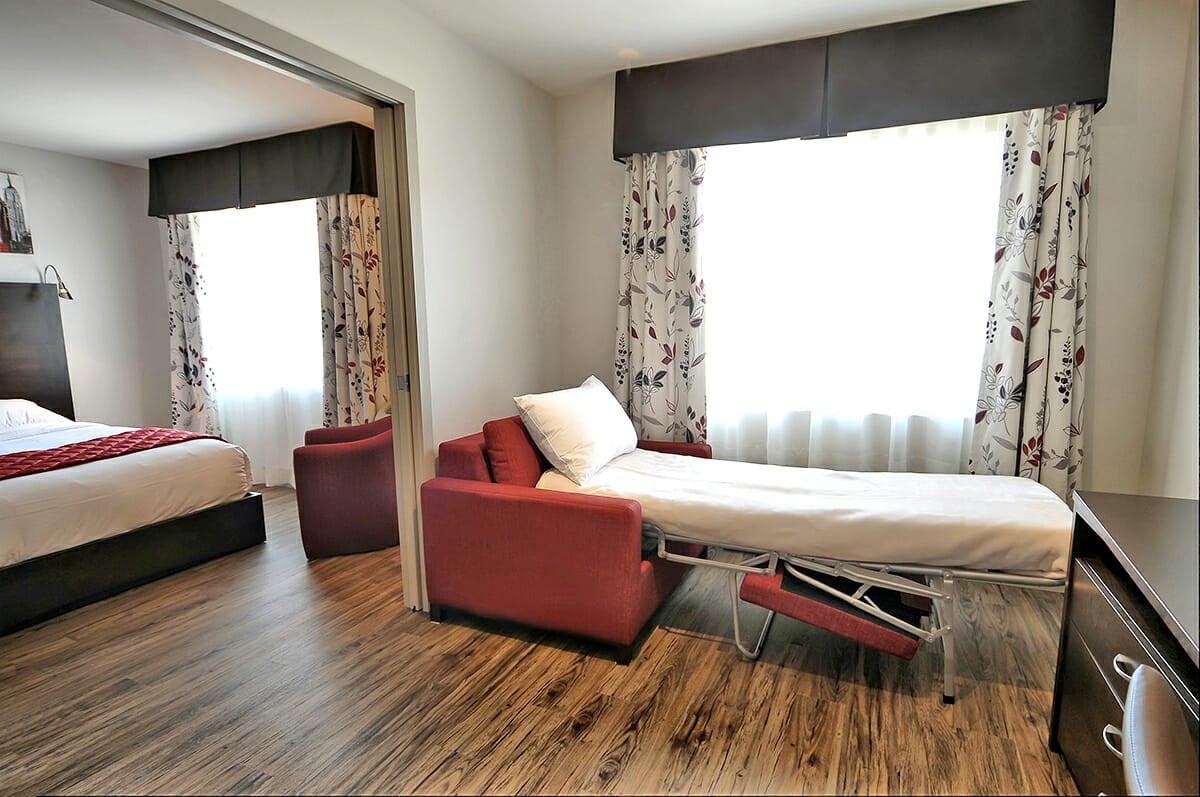 Chambre-superieure-familiale-2-lits-queen-salon-3
