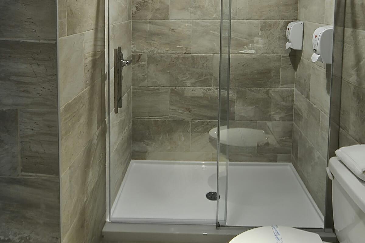 Chambre-superieure-familiale-2-lits-queen-salon-5