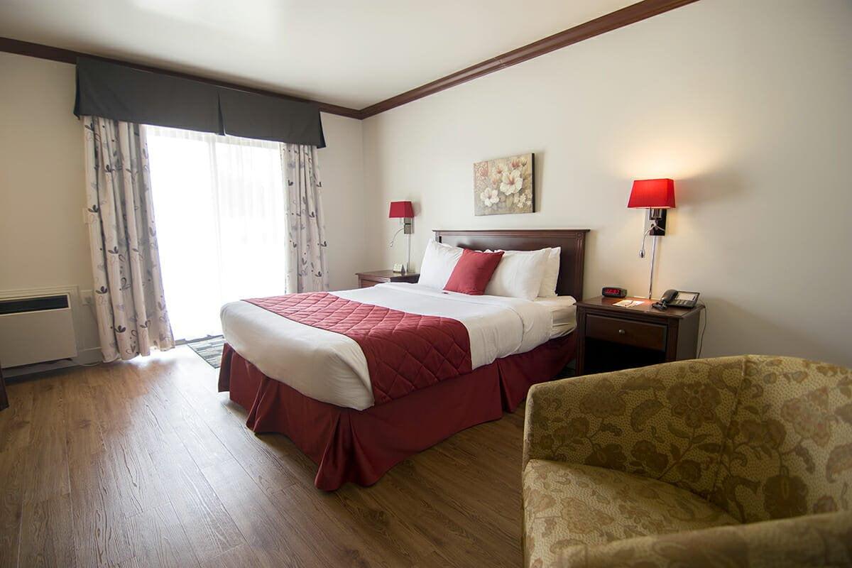 Standard-room-1-queen-bed-adapted-bathroom-01