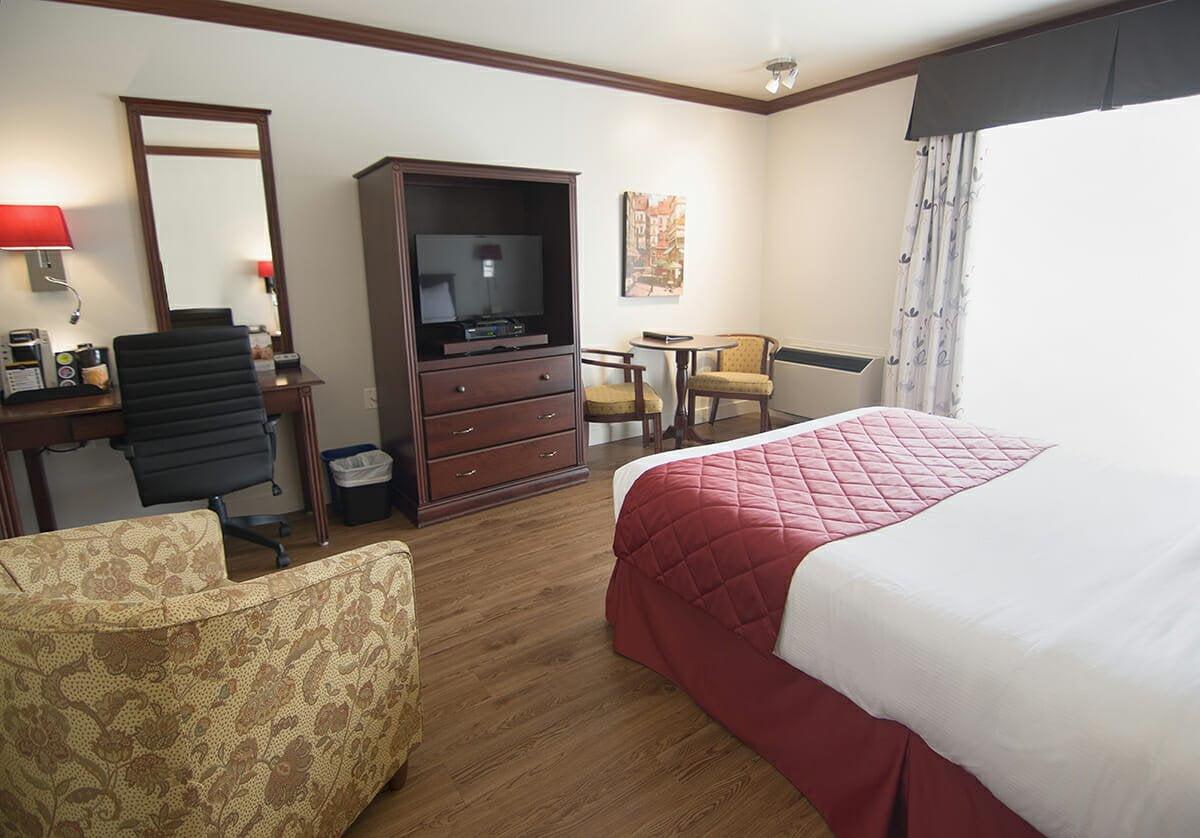 Standard-room-1-queen-bed-adapted-bathroom-02