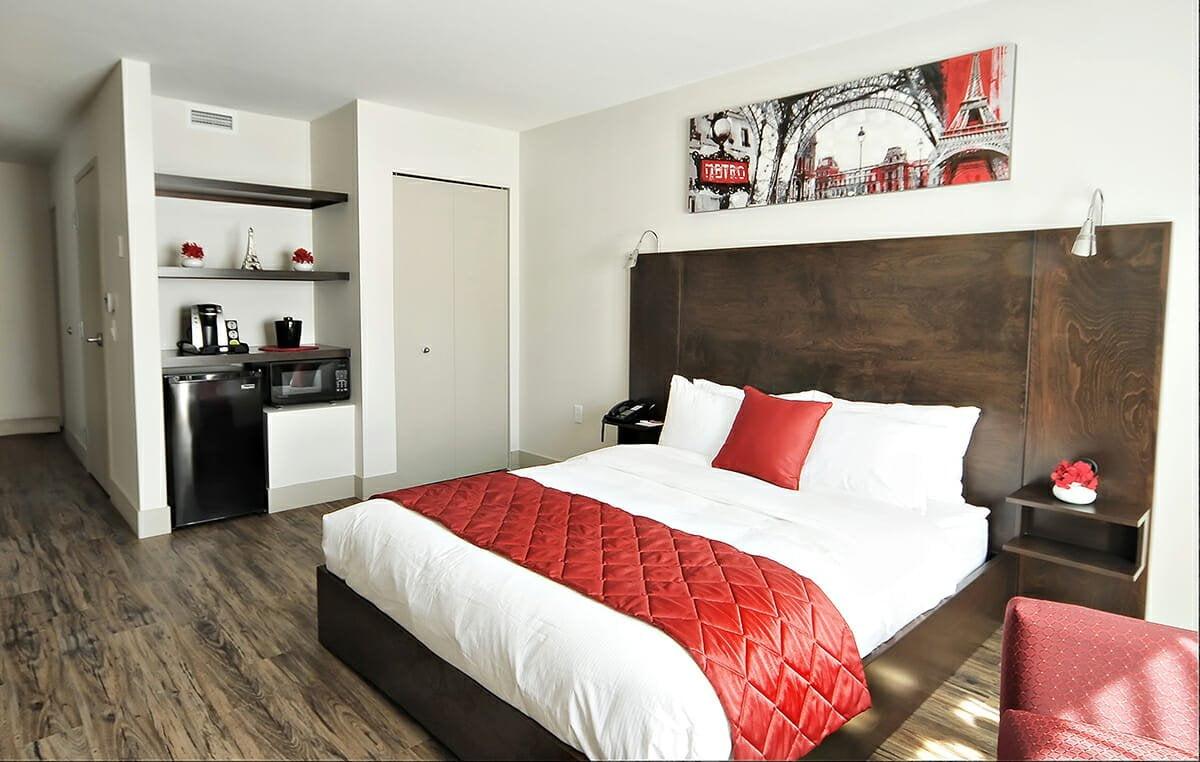 Superior-room-1-queen-bed-adapted-bathroom-02