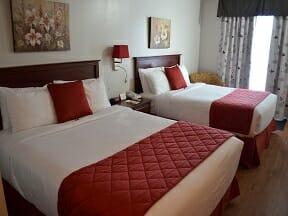 Chambre régulière, 2 lits Queen avec porte patio et bureau