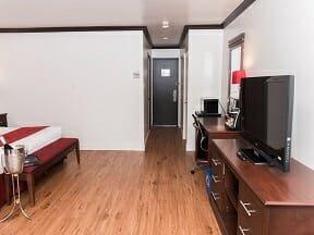 Chambre supérieure, 1 lit King, 1 divan-lit Double et bain à remous double avec porte patio