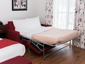 Chambre supérieure, 1 lit King, 1 divan-lit Double et bain à remous double avec bureau et télévision