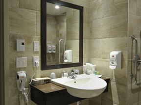 Chambre supérieure, 1 lit Queen, accessible aux personnes à mobilité réduite avec salle de bain adaptée aux personnes à mobilité réduite