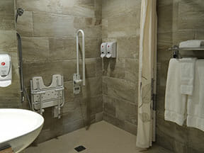 Chambre supérieure, 1 lit Queen, accessible aux personnes à mobilité réduite avec salle de bain complète